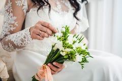 Nowożeńcy ręka z bukietem Obraz Stock