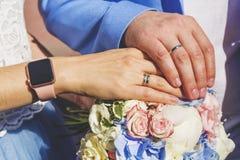 Nowożeńcy ręki z obrączkami ślubnymi pannę młodą ceremonii ślub kościelny pana młodego Zdjęcie Royalty Free