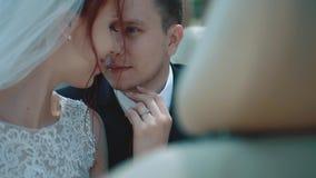 Nowożeńcy siedzi samochodowego kabriolet, spojrzenie przy each inny, antrakt, w górę zbiory
