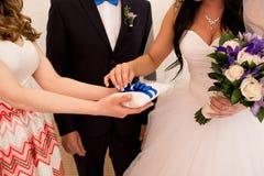 Nowożeńcy stawiający pierścionek Fotografia Stock