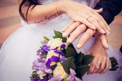 Nowożeńcy stawiający pierścionek Zdjęcia Royalty Free