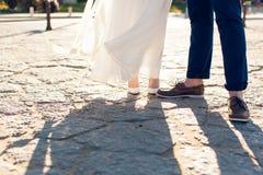 Nowożeńcy stoją na kamiennym bruku Obrazy Royalty Free
