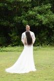 Nowożeńcy stoją na zielonym gazonie przeciw tłu tropikalny las zdjęcie royalty free