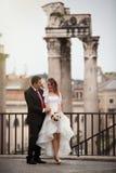 Nowożeńcy w antycznym mieście szczęśliwa mężatka pary włochy Rzymu obraz stock