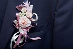 Nowożena ` s kostium wiesza na wieszaku Na klatce piersiowej dołączającej ślubny kwiat Obrazy Stock