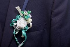 Nowożena ` s kostium wiesza na wieszaku Na klatce piersiowej dołączającej ślubny kwiat Obraz Stock