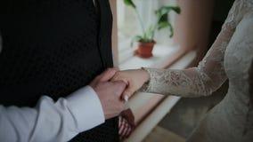 Nowożeniec obejmuje panny młodej na ślubnym spacerze zdjęcie wideo