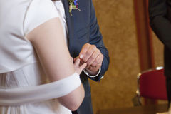 Nowożeniec stawia panny młodej ` s pierścionek na jej palcu Zdjęcia Stock