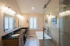 Nowożytna łazienka z freestanding bezcelowością i balią zdjęcie stock