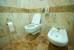 Nowożytna łazienka z kamienną ścianą Zdjęcia Royalty Free