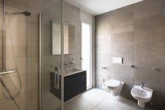 Nowożytna łazienka z marmurem w nowożytnym mieszkaniu obrazy royalty free