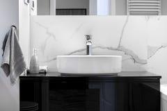 Nowożytna łazienka z marmurową apreturą fotografia royalty free