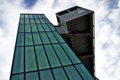 Nowożytna architektura - zielonego szkła winda fotografia royalty free