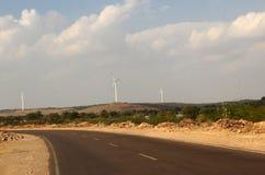 Nowożytna autostrada i władza turbinowi wiatraczki India Fotografia Royalty Free