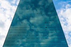 Nowożytna błękitna szklana ściana drapacz chmur w Warszawa Obraz Royalty Free