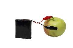 Nowożytna bateria która ładuje zielonym jabłkiem Zdjęcia Royalty Free