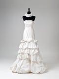 Nowożytna biała ślubna suknia na Siwieję tle Fotografia Stock