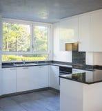 Nowożytna biała kuchnia z marmuru wierzchołkiem zdjęcie stock