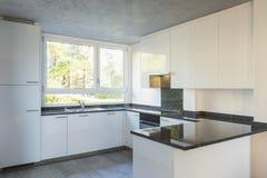 Nowożytna biała kuchnia z marmuru wierzchołkiem zdjęcia stock