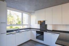 Nowożytna biała kuchnia z marmuru wierzchołkiem zdjęcie royalty free