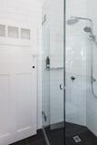 Nowożytna biała prysznic w łazienki odświeżaniu z cegła wzoru ti zdjęcie stock