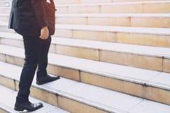 Nowożytna biznesmen ręki mienia teczka obok pracować zakończenie w górę nóg chodzi w górę schodków zdjęcie royalty free