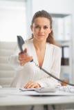 Nowożytna biznesowa kobieta daje telefonowi Zdjęcia Stock