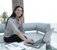Nowożytna biznesowa kobieta dyskutuje pieniężnych problemy na smartphone Obrazy Stock