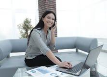 Nowożytna biznesowa kobieta dyskutuje pieniężnych problemy na smartphone Obraz Royalty Free