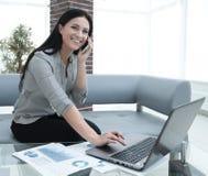 Nowożytna biznesowa kobieta dyskutuje pieniężnych problemy na smartphone Obraz Stock