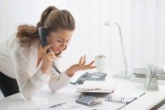 Nowożytna biznesowa kobieta opowiada telefon zdjęcie stock
