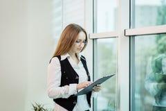 Nowożytna biznesowa kobieta w biurze z kopii przestrzenią, Biznesowy wom Obraz Royalty Free
