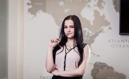 Nowożytna biznesowa kobieta w biurze z kopii przestrzenią, Zamyka w górę pora Fotografia Royalty Free