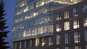 Nowożytna budynek fasada przy półmrokiem zbiory wideo