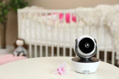 Nowożytna CCTV kamera bezpieczeństwa, pacyfikator na stole w pepinierze i obraz stock