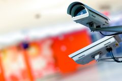 Nowożytna CCTV kamera na ścianie z zamazanym coloreful tłem zdjęcia stock