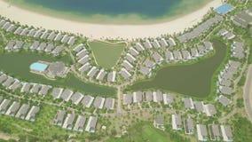 Nowożytna chałupy wioska z luksusowym dworem na jeziornym brzeg, zielony gazonu tło Widok z lotu ptaka architektury luksusu wi zdjęcie wideo