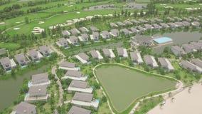 Nowożytna chałupy wioska z luksusowym dworem na jeziornym brzeg, zielony gazonu tło Widok z lotu ptaka architektury luksusu wi zbiory wideo