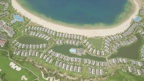 Nowożytna chałupy wioska z luksusowym dworem na tropikalnej wyspie w błękitnym morzu Widok z lotu ptaka architektury luksusow zbiory