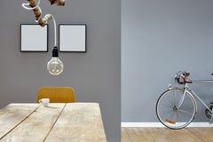Nowożytna dekoracja w rocznika loft gałąź lampy stole i srebro jechać na rowerze Obraz Royalty Free