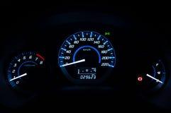 Nowożytna deska rozdzielcza, Samochodowy szybkościomierz i kontuar z ciemnym trybem, Zdjęcia Stock