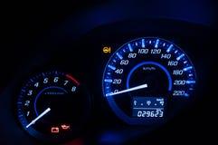 Nowożytna deska rozdzielcza, Samochodowy szybkościomierz i kontuar z ciemnym trybem, Zdjęcie Stock