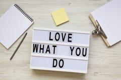 Nowożytna deska z «miłością «, notepad, ołówek i noticepad nad białym drewnianym tłem teksta, odgórny widok «co ty Biznesowy conc zdjęcie stock