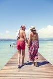 Nowożytna dojrzała para relaksuje w swimsuit odprowadzenia plecy Zdjęcia Royalty Free