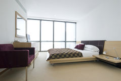 Nowożytna dwoista sypialnia z królewiątka rozmiaru łóżkiem zdjęcie stock