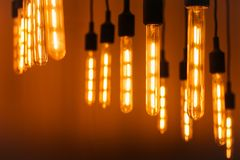 Nowożytna Edison lampa na ciemnym tle fotografia stock