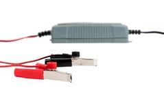 Nowożytna elektroniczna ładowarka dla samochodowej baterii z bluza kablami Zdjęcie Royalty Free