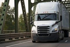 Nowożytna jaskrawa biała duża takielunku semi semi ciężarówka z przyczepy chodzeniem obrazy royalty free
