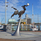 Nowożytna Kinetyczna Wiatrowa rzeźba w wiaduktu schronieniu, Auckland, Nowy Fotografia Stock