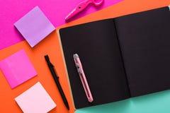 Nowożytna kreatywnie pracy przestrzeń z eleganckim czarnym notepad obrazy royalty free